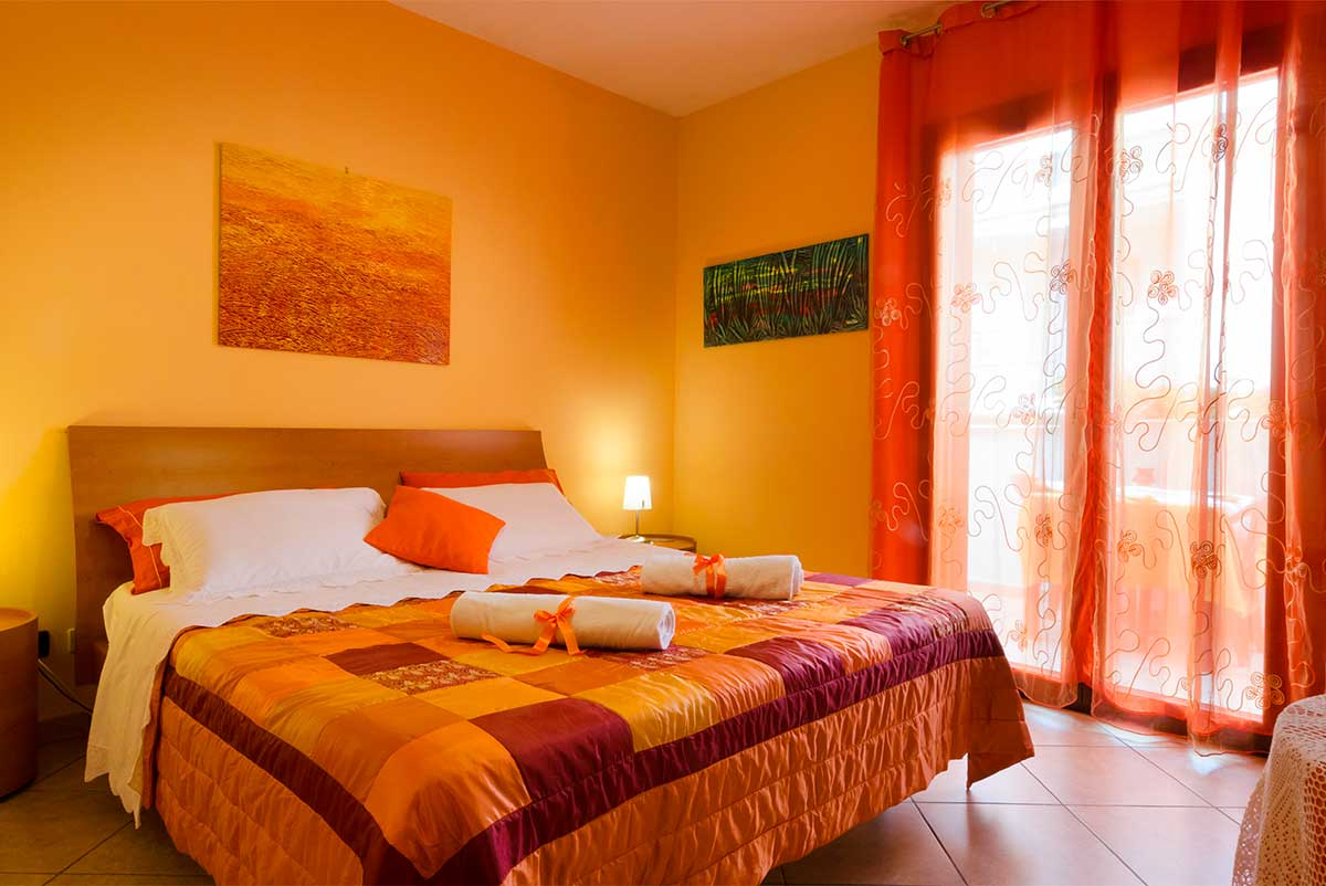 Camera arancio bed and breakfast l 39 antica rimessa - Camera da letto gialla ...